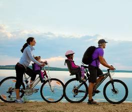 Famiglia in bicicletta_vacanze in bicicletta_cicloturismo_mamma papà due bambini_bici e vacanze