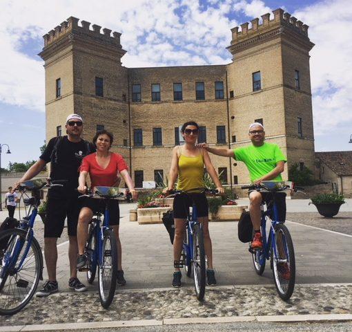 gruppo in bici, castello, delta del po