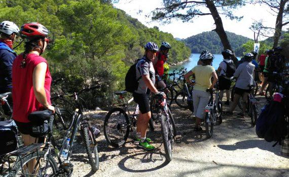 gruppo persone in bicicletta