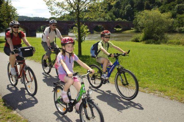 famiglia in bici ciclabile del meno germania bici e vacanze