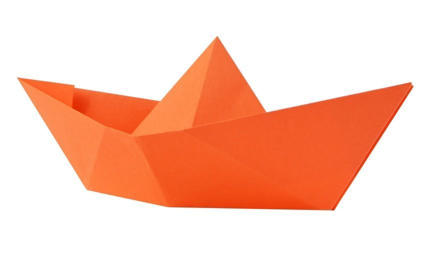 barchetta arancione in carta