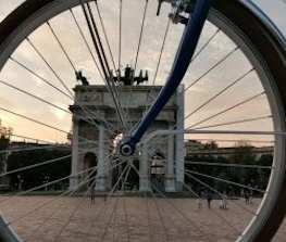 ruota bicicletta arco della pace milano