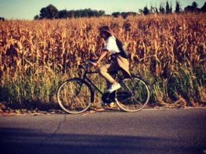 ragazza in bici - grano - crema - pianura padan