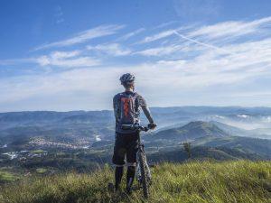 e-bike viaggi in bicicletta uomo casco bici