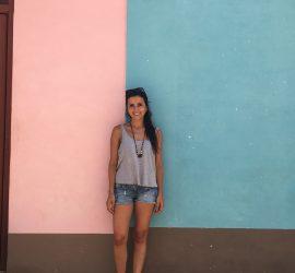 ragazza parete rosa e verde
