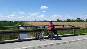 persona in bicicletta campo cielo azzurro