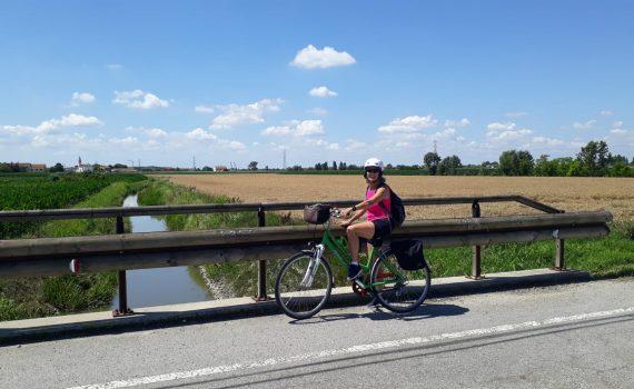 Donna in bicicletta