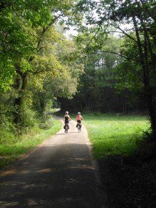 ragazze vacanza in bici; cicloturismo,