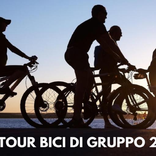 gruppo persone in bici tramonto