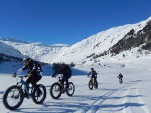 gruppo bici sulla neve